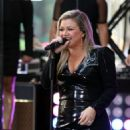 Kelly Clarkson – Perform on NBC's 'Today' in New York City - 454 x 681