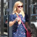 Reese Witherspoon – Grabs coffee in Los Angeles