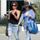 Halle Berry in Jeans Grabs Lunch in Los Angeles - 454 x 611