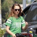 Natalie Portman gassing up in LA (August 19)