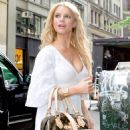 Jessica Simpson Arriving At Her NYC Hotel 27 Jun 2006