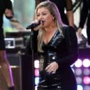 Kelly Clarkson – Perform on NBC's 'Today' in New York City - 454 x 303