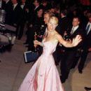 Pink Ralph Lauren´s dress of Gwyneth Paltrow in 71 Academy Awards in 1999 - 410 x 594