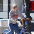 Sienna Miller – Out for a bike ride in New York City - 454 x 681