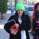 Bella Thorne – Exiting a Hair Salon Make Up Free With Sister Dani Thorne, Los Angeles 1/16/ 2017 - 454 x 682