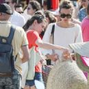 Charlotte Casiraghi – Shopping on the market in Cap-Ferret - 454 x 702