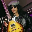 Slash poses with a Gibson Les Paul Slash signature series guitar at the Gibson booth at the Las Vegas Convention Center during the 2007 International Consumer Electronics Show January 10, 2007 in Las Vegas, Nevada - 428 x 594