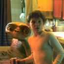 E.T. and Elliott (Henry Thomas) having a midnight snack. - 370 x 270