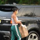 Zoe Kravitz – Picks up some Mexican take out food in Bedford - 454 x 632