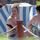 Jennifer Love Hewitt - Has A Snack In Bikini In Hawaii, 01.12.2007.