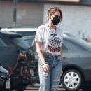 Kristen Stewart – In ripped denim goes grocery shopping at Gelson's in Los Angeles - 454 x 681
