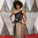 Halle Berry At The 89th Annual Academy Awards - Arrivals (2017) - 433 x 600