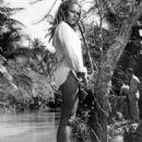 Ursula Andress - 454 x 572