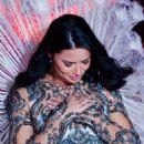 Adriana Lima – 2018 Victoria's Secret Fashion Show Runway in NY - 454 x 683
