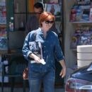 Alyson Hannigan stops to pick up some magazines - 400 x 600