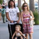 Dave Grohl and his wife Jordyn Blum take their daughter Violet out shopping in Beverly Hills - 404 x 594
