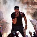 Luke Bryan-June 10, 2015-2015 CMT Music Awards - Show - 399 x 600