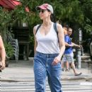 Sarah Silverman – Out for a stroll in New York - 454 x 682
