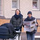 Lars Ulrich catches up on current events while his girlfriend, Connie Nielsen, strolls with their son Bryce Thadeus (b. May 21, 2007) in the West Village - 389 x 594