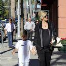 Gwen Stefani strolls through Beverly Hills with her son, Kingston Rossdale - 396 x 594