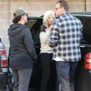 Tori Spelling and Dean McDermott stop by Gelson's Market for some coffee and some fruit in Encino, California on December 29, 2014 - 439 x 594