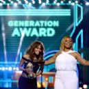 Halle Berry and Queen Latifah At The 2016 MTV Movie Awards - 454 x 302