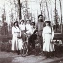 Tsarskoye Selo (Russia), Nicholas II and his children. Daughters, left to right: Maria, Olga, Tatiana, Anastasia in 1913 - 454 x 454