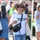 Julie Bowen at farmers market in Los Angeles - 454 x 887