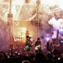 Mötley Crüe with Alice Cooper live at Barclays Center in Brooklyn, NY on August 12, 2015 - 454 x 303