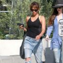 Halle Berry in Jeans Grabs Lunch in Los Angeles - 454 x 633