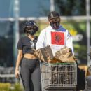 Miley Cyrus – Grocery shopping candids - 454 x 681