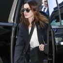 Anne Hathaway – Arrives at LAX Airport in Los Angeles - 454 x 681