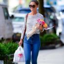 Katie Holmes – Carry bouquet of roses in New York City