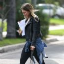 Hilary Duff – Visiting a residence in Santa Monica - 454 x 681