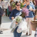 Courteney Cox at a farmers market in Los Angeles - 454 x 681
