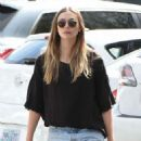 Elizabeth Olsen in Shorts at grocery shopping in Los Angeles - 454 x 1006
