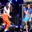 Hailee Steinfeld Performing at the Chum FM Breakfast in Barbados April 14, 2016 - 454 x 303