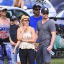 Elsa Pataky, Chris Hemsworth and Matt Damon at a local park in Byron Bay - 454 x 605