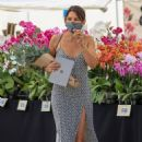 Danielle Bux – Ppicks up flowers from the market in Los Angeles - 454 x 681