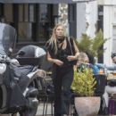 Kate Moss – Lunch with friends out in London's Notting Hill - 454 x 519