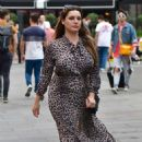 Kelly Brook – Arrives at Global Radio in London - 454 x 710