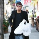 Evan Ross stops to pick up some lunch to go in Sherman Oaks, California on December 19, 2014 - 454 x 573
