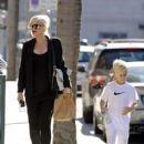 Gwen Stefani strolls through Beverly Hills with her son, Kingston Rossdale - 413 x 594