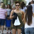 Caroline Flack goes for a stroll with friends in downtown Miami, Florida on January 2, 2016 - 386 x 600
