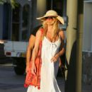 Nicollette Sheridan - And Michael Bolton Stroll In St. Barthelemy, 03.01.2008. - 454 x 650