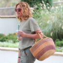 Julia Roberts – Shopping at Starbucks in Malibu - 454 x 537