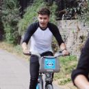 Louis Tomlinson and Liam Payne rent a couple of Boris bikes and go for a ride in London, England on August 22, 2012