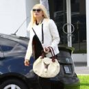 Gwen Stefani meets her No Doubt bandmate Tony Ashwin Kanal for lunch at Crossroards in Los Angeles, California on December 5, 2013 - 420 x 594