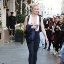 Sophie Turner Urban Outfit – Leaving Hotel in Paris 10/5/2016 - 454 x 623
