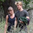 Taylor Swift and Joe Alwyn – Enjoy a scenic hike in Malibu - 454 x 640